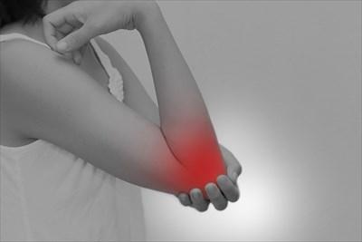 テニス肘とは?痛みを強めてしまう動きについて | テニス肘のイメージ画像