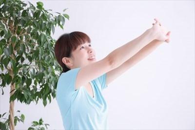 ひどい肩こりにお悩みなら【整体たいむ】へ~簡単にできるストレッチ方法なども伝授~ | 肩の疲れを解消する人物