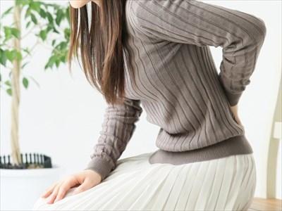 坐骨神経痛と腰椎椎間板ヘルニアの関係について | 腰の痛みに悩む人物