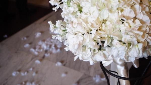 白いバラのブーケの画像
